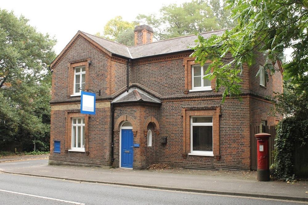91 Heath Road, KT13 - Weybridge